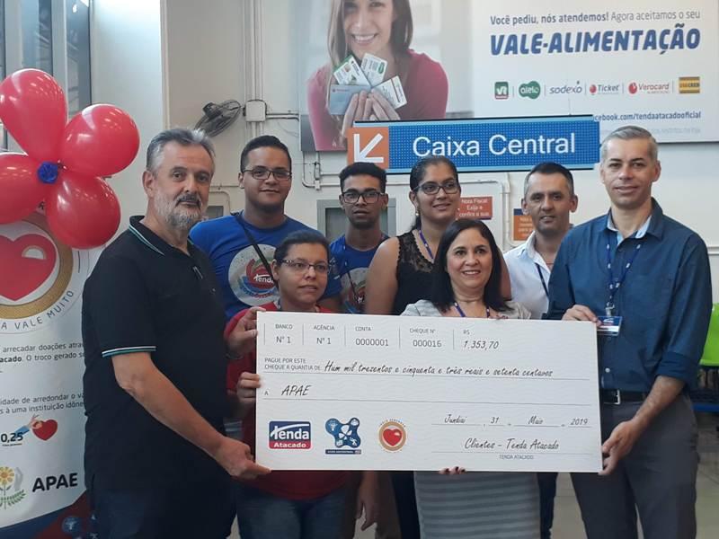 Presidente da APAE recebe doação do supermercado Tenda