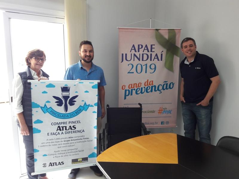 Apae recebe doação de cadeira de rodas do Grupo Amarelinhas Tintas
