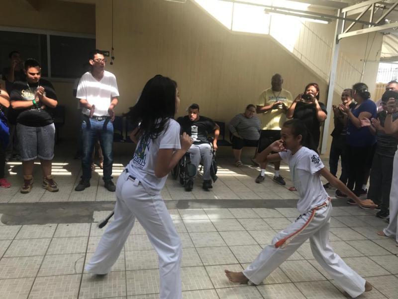 Alunos do CCO participam de aula de capoeira