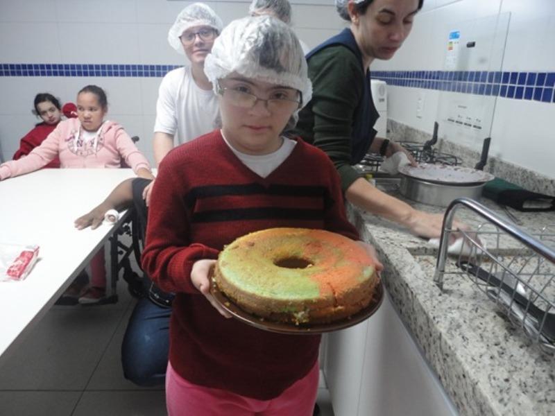 Alunos do 5º ano produzem bolo para os pais