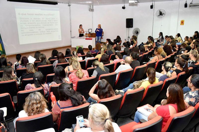 Profissionais da APAE participam de treinamento sobre inclusão de alunos com deficiência