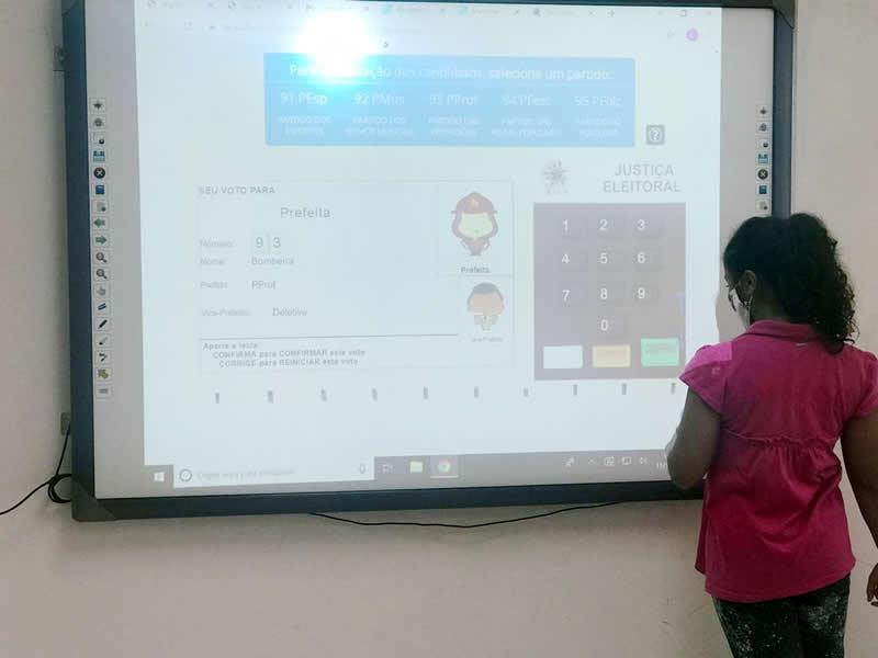 Usuários do Centro de Convivência simularam o direito ao voto
